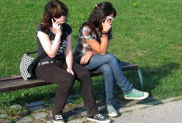 nastolatki używają telefonów do zupełnie innych celów niż dorośli /stock.xchng