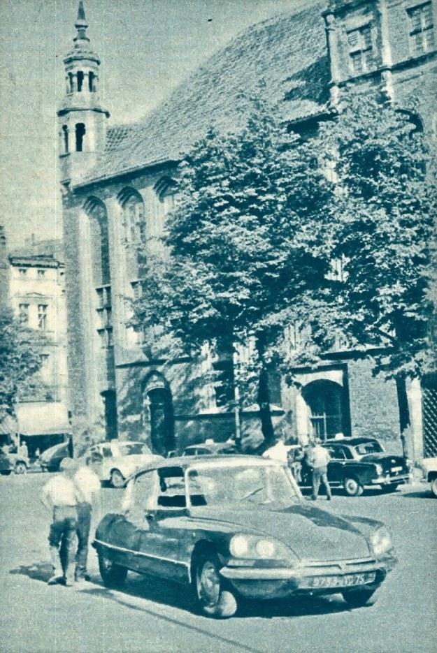 """""""Nasz"""" Citroen DS-21 na ulicach Torunia. Nie ma młodego człowieka, który by nie przystanął przy wozie i nie sprawdził jak elastyczne jest zawieszenie tego samochodu, foto: ST. SZELICHOWSKI /Motor"""