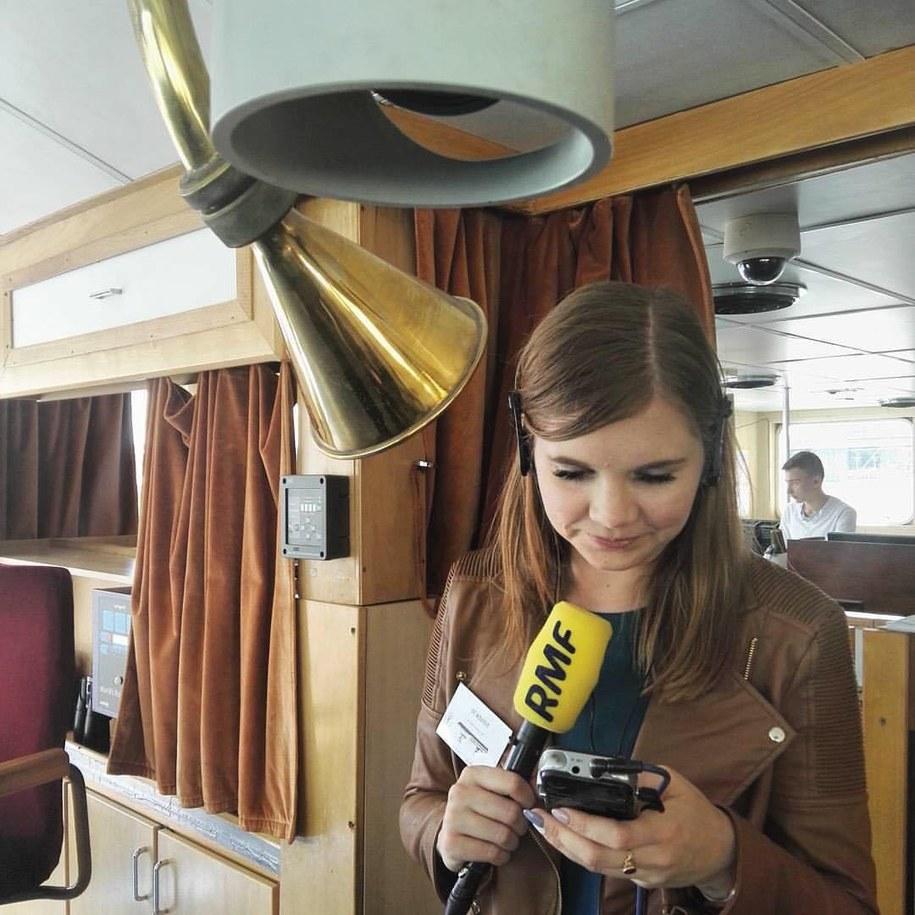 Nasza reporterka Aneta Łuczkowska robi wywiad przez... szprechrurę. /