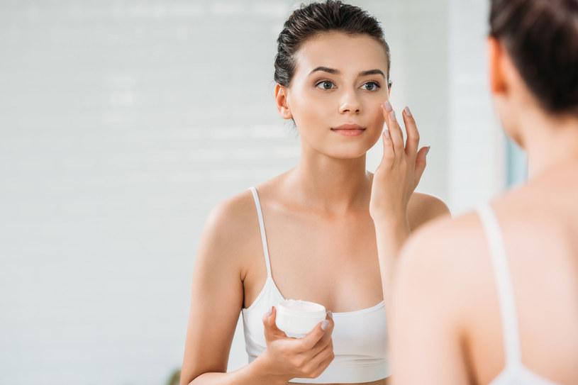 Nasza skóra narażona jest na kontakt ze szkodliwymi czynnikami zewnętrznymi przez cały rok /123RF/PICSEL