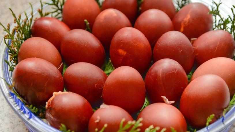 Nasze babcie barwiły jajka cebulą /123RF/PICSEL