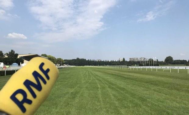 """Naszpikowane kamerami stajnie, hektary """"świętej trawy"""". Oto największy tor wyścigów konnych w Polsce"""