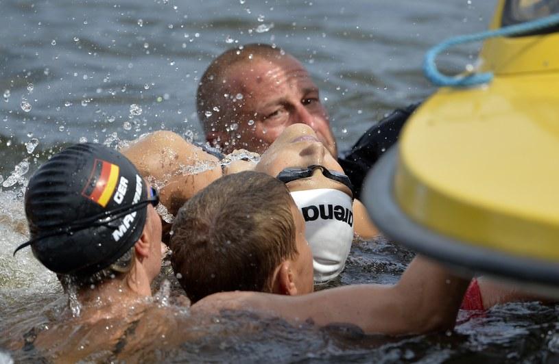 Natalia Charłos wyciągna z wody podczas wyścigu na 10 kilometrów /AFP