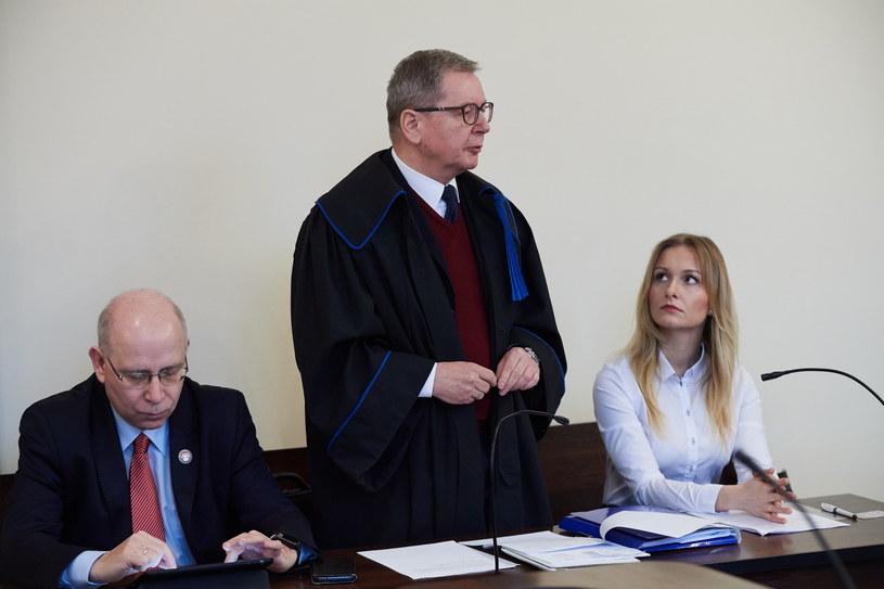 Natalia Nitek z adwokatem Jerzym Pasieką i prezesem Reduty Dobrego Imienia Maciejem Świrskim na sali rozpraw /Adam Warżawa /PAP