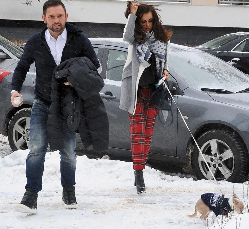 Natalia Siwiec na spacerze z mężem i psem /Andras Szilagyi /MWMedia