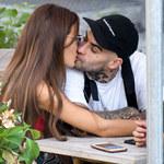 Natalia Szroeder i Quebonafide całują się w restauracji