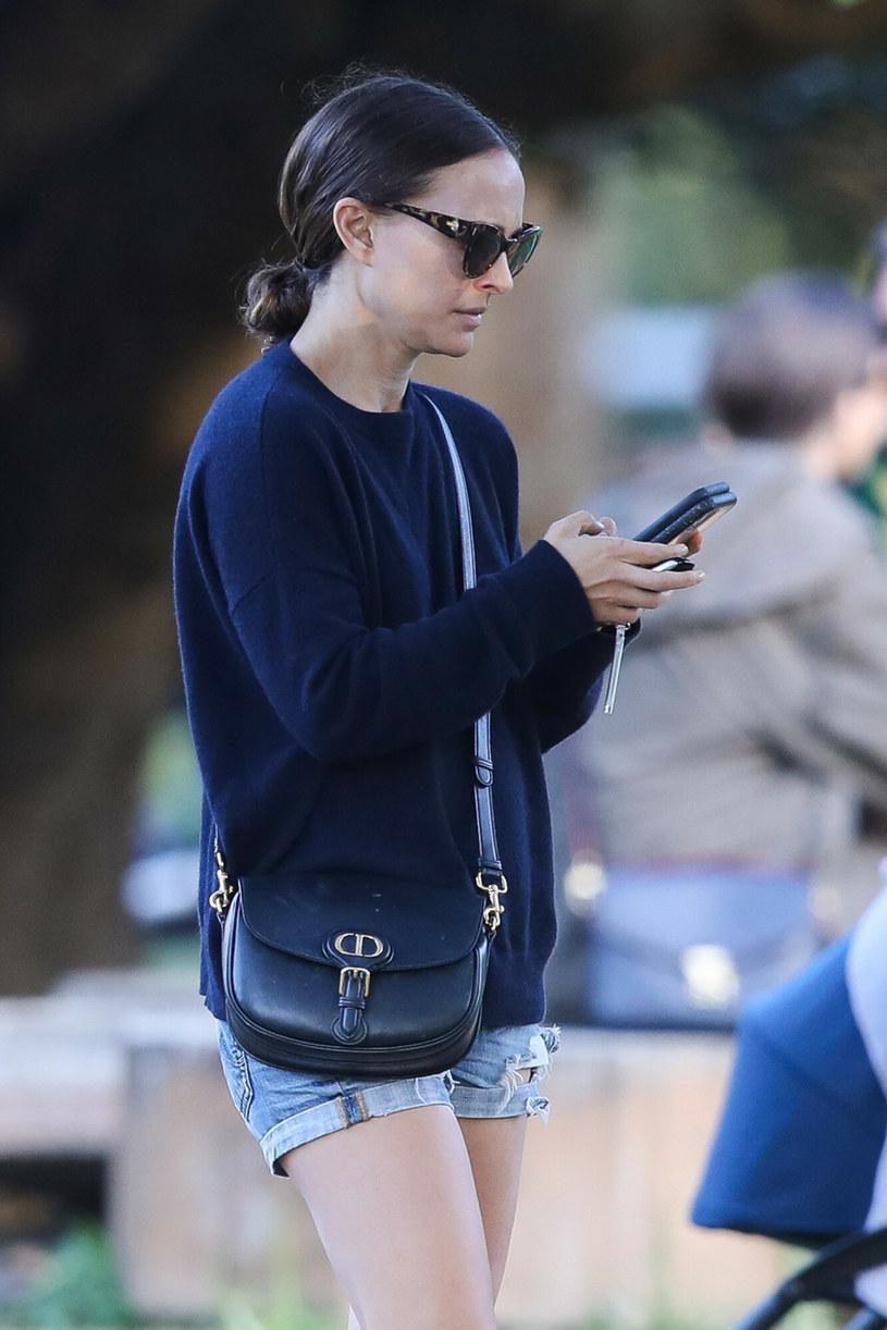 Natalie Portman nie rozstaje się z telefonem /BACKGRID /East News