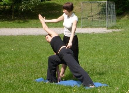 Natasza Moszkowicz prowadzi zajęcia podczas akcji Joga na trawie. fot. I. Grelowska /INTERIA.PL