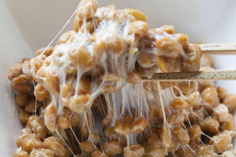 Natto to dania będącego produktem sfermentowanych ziaren soi, które jest wyjątkowo bogate w witaminę K2 MK 7. To właśnie ta forma charakteryzuje się doskonałą wchłanialnością oraz zdolnością do akumulacji we krwi. /123RF/PICSEL