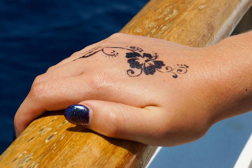 Naturalna henna jest bezpieczna. Ale tatuaż wykonany pastą z dodatkiem barwnika PPD może wywołać silne uczulenie /123RF/PICSEL