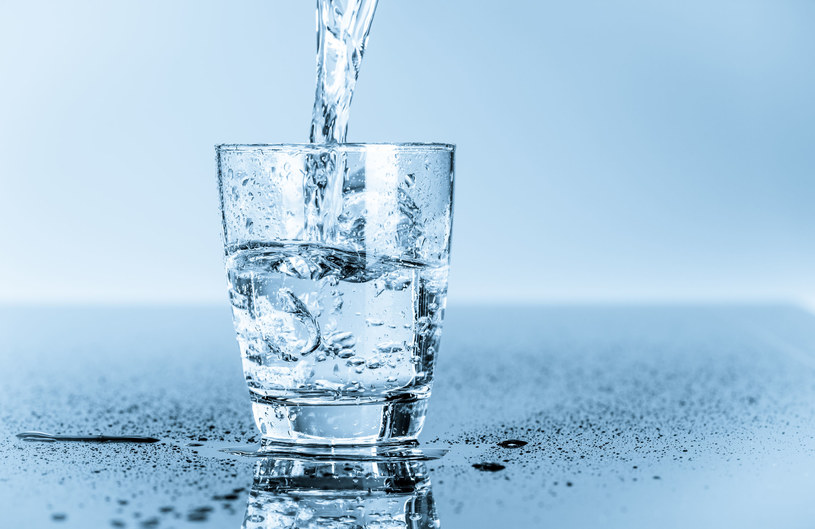 Naturalna woda mineralna to woda pochodząca z udokumentowanych zasobów wód podziemnych /123RF/PICSEL