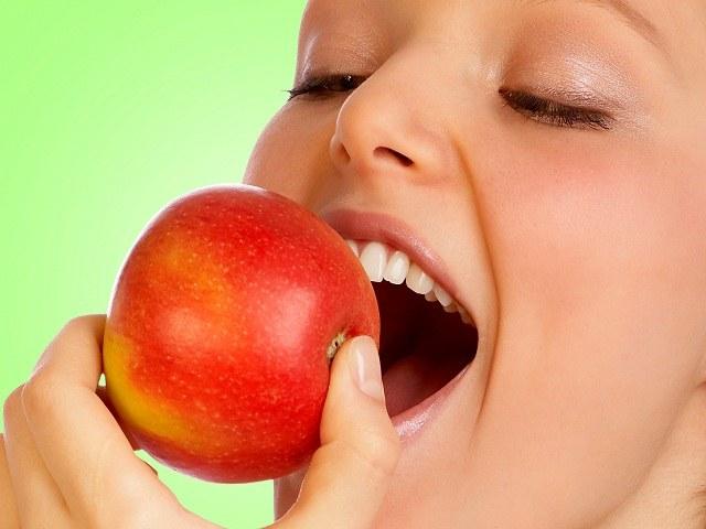 Naturalne czyszczenie zębów /© Photogenica