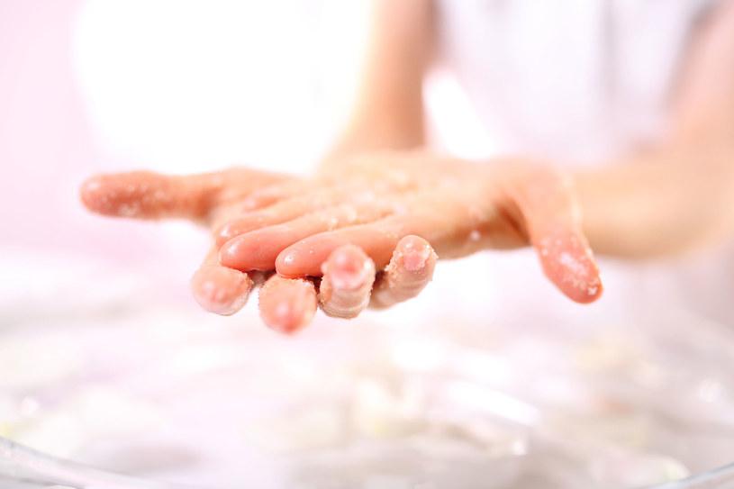 Naturalne kosmetyki z płatków owsianych to zbawienie dla przesuszonych dłoni /123RF/PICSEL