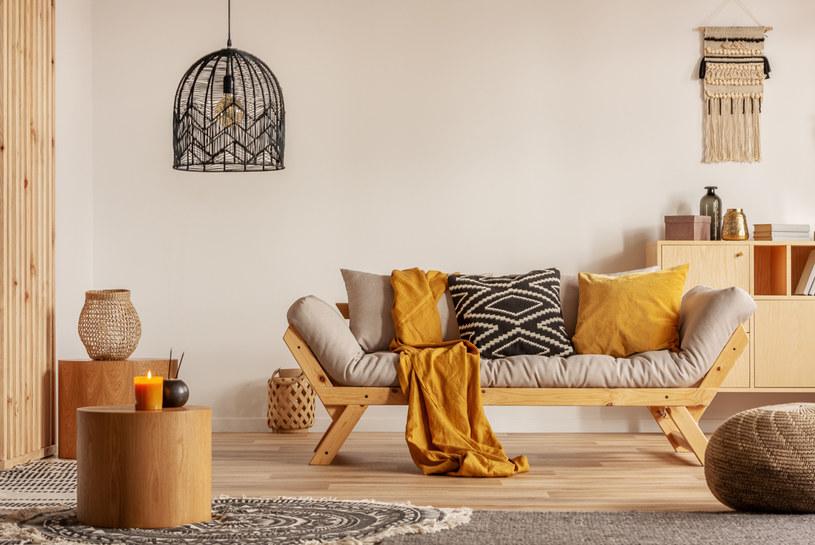 Naturalne materiały, kolory ziemi, makrama oraz ciepły pled charakteryzują wnętrze idealne na jesień /123RF/PICSEL