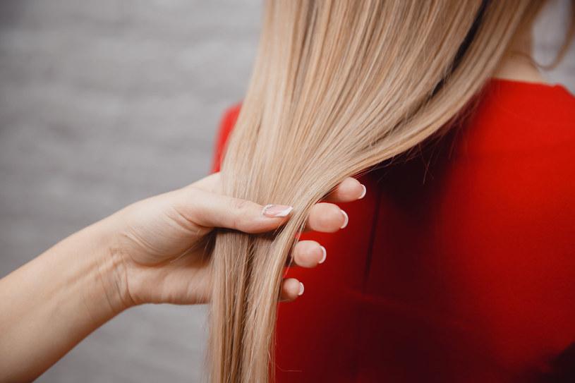 Naturalne metody rozjaśniania włosów nie niszczą ich struktury /123RF/PICSEL