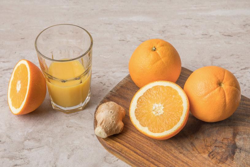 Naturalne napoje mogą pomóc przy dolegliwościach związanych z podróżą /123RF/PICSEL