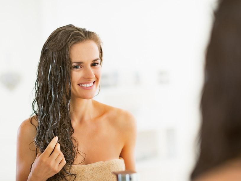 Naturalne odżywki trzeba trzymać na włosach nieco dłużej, niż te sklepowe /123RF/PICSEL