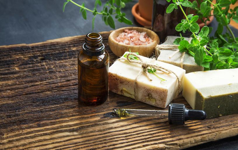 Naturalne oleje i masła kosmetyczne to bezpieczne i bardzo wszechstronne kosmetyki /123RF/PICSEL
