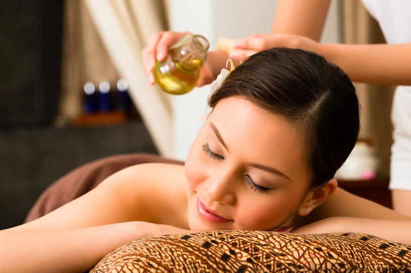 Naturalne oleje można stosować na całe ciało. Dzięki nim nasza skóra będzie odżywiona, intensywnie nawilżona i dobrze natłuszczona /123RF/PICSEL