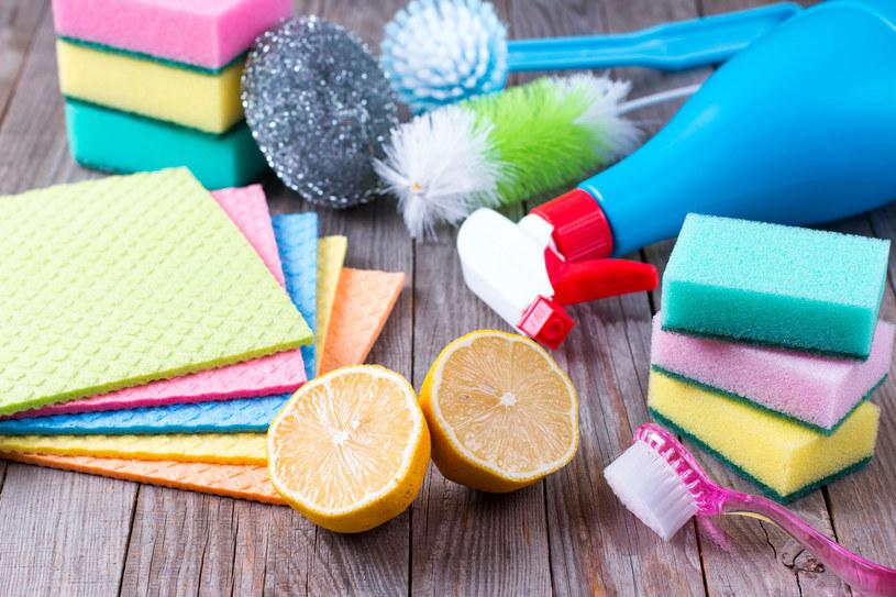 Naturalny musujący środek do czyszczenia wanny i umywalki /123RF/PICSEL