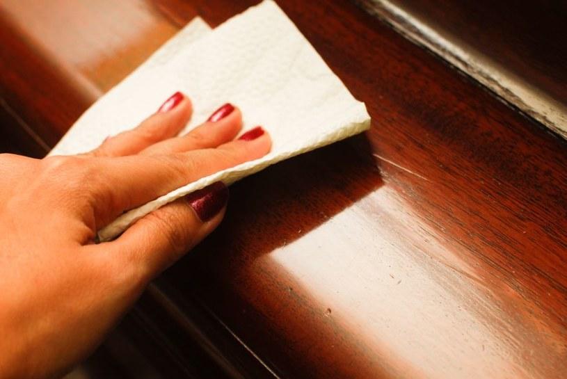 Naturalny środek do czyszczenia mebli krok 2 /© Photogenica