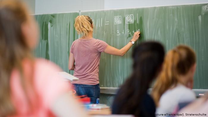 Nauczyciele w szkołach w Niemczech zarabiają dwa razy więcej niż średnia w krajach OECD /Deutsche Welle