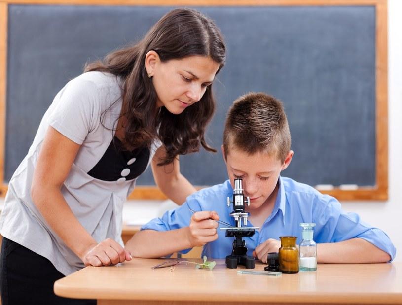 Nauczycielom przysługują między innymi coroczne świadczenie urlopowe o zmiennej wysokości /123RF/PICSEL