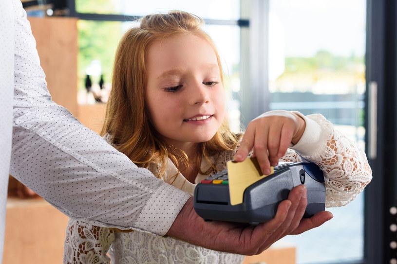 Nauka mądrego gospodarowania pieniędzmi stanowi jedną z najważniejszych umiejętności, jakie możemy przekazać dziecku /123RF/PICSEL