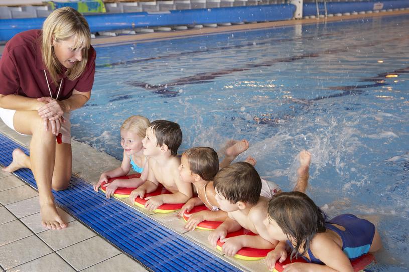 Nauka pływania w gronie rówieśników pozwala dzieciakom budować zdrowe relacje /123RF/PICSEL