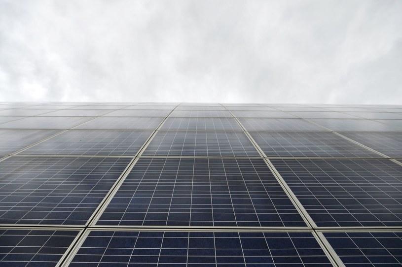 Naukowcom z USA udało się przekształcić niewidzialne światło słoneczne o niskiej energii w światło wysokoenergetyczne /AFP