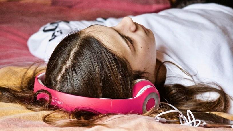 Naukowcy odkryli, że odpowiednie dźwięki pozwalają na lepszej jakości sen /Geekweek
