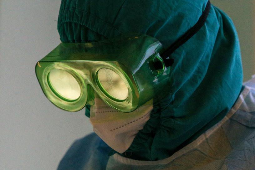 Naukowcy opracowali spray do nosa, który zapobiega zakażeniom koronawirusem /Yegor Aleyev/TASS /Getty Images