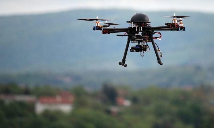Naukowcy opracowują technologię pozwalającą dronom naprawiać drogi /123RF/PICSEL