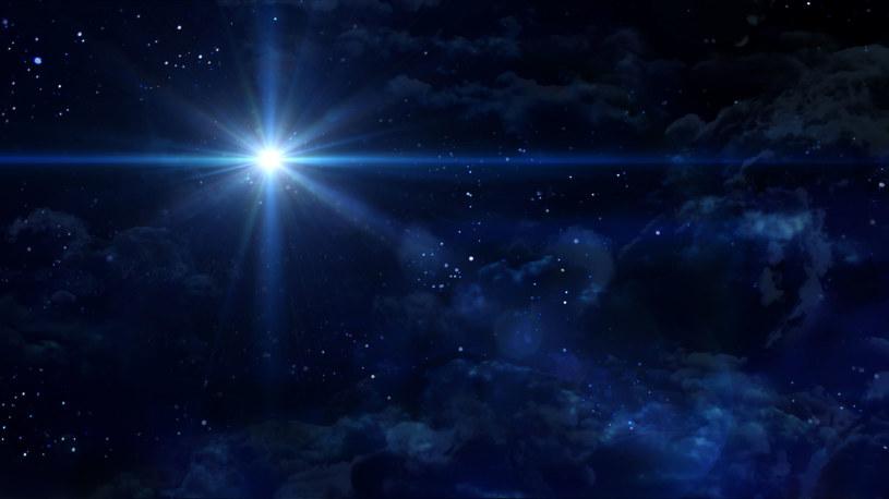 """Naukowcy potrafią wyliczyć, kiedy pojawiała się na niebie – z ich rachunków wynika, iż w """"czasach chrystusowych"""" miało to miejsce w 12 roku p.n.e., a więc… jakby za wcześnie. Chińskie źródła zawierają inną propozycję – kometę z 5 roku p.n.e., czyli w przypadku tego ciała niebieskiego margines błędu jest mniejszy"""