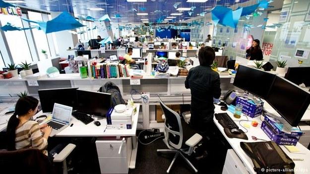 Naukowcy potwierdzają - rozmowy kolegów w biurach typu open space są zabójcze dla koncentracji. /Deutsche Welle