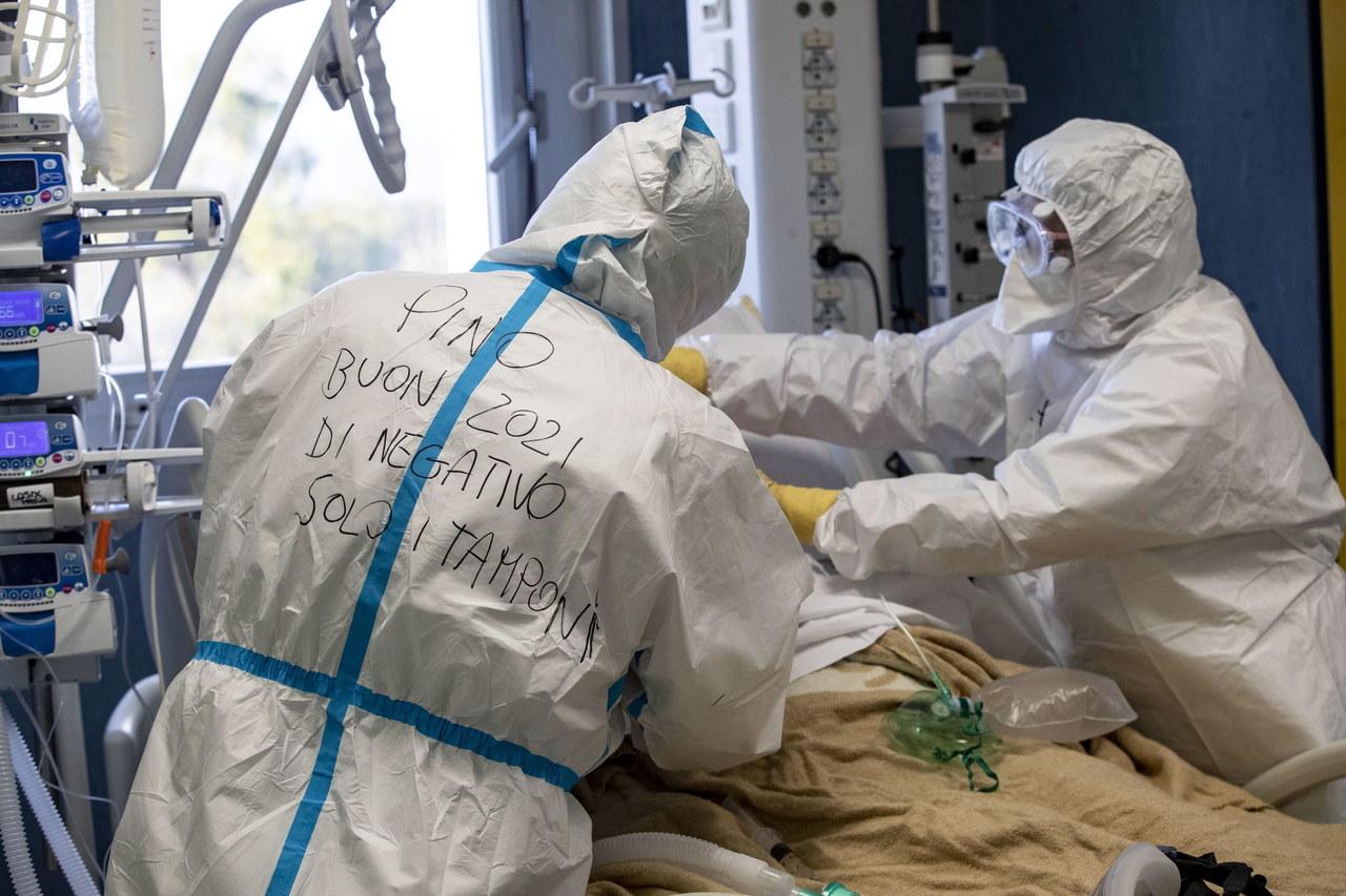 """Naukowcy prognozują stabilizację pandemii w Polsce. """"Angielska mutacja jest już na pewno w naszym kraju"""""""