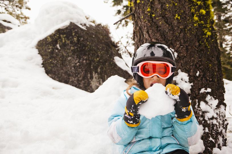 Naukowcy stwierdzili, że wzrost liczby mikroorganizmów w śniegu ma związek z zanieczyszczeniem powietrza /© Glowimages