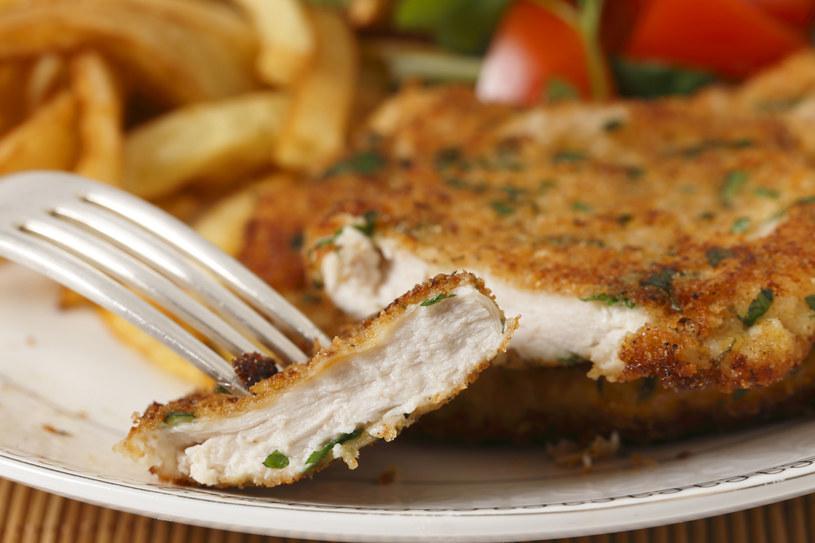 Naukowcy twierdzą, że aminokwas występujący m.in. naturalnie w mięsie może zmniejszać odkładanie się płytki nazębnej i w ten sposób przeciwdziałać chorobom dziąseł /123RF/PICSEL