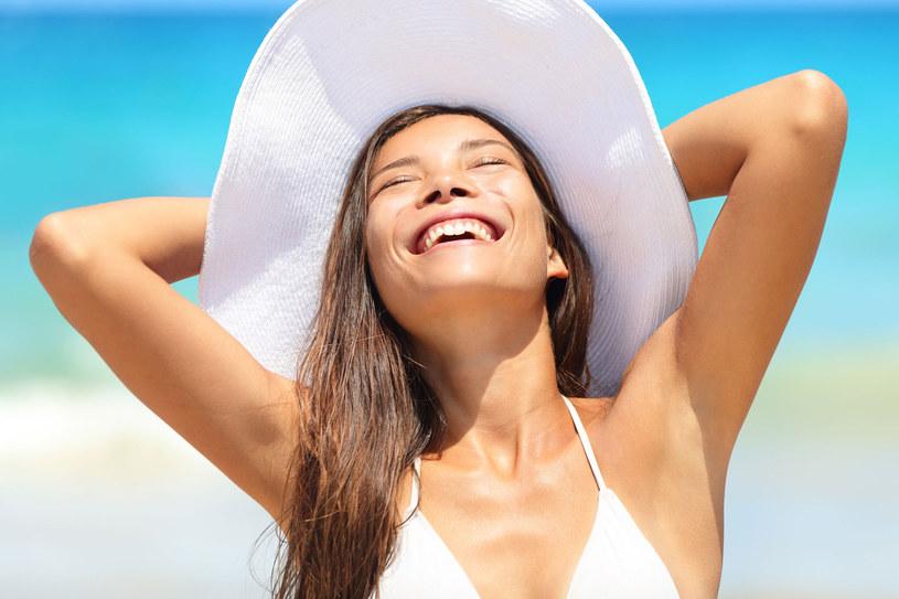 Naukowcy udowodnili, że pod wpływem promieni słonecznych organizm szybciej usuwa szkodliwe produkty przemiany materii, wytwarza także więcej witaminy D /123RF/PICSEL