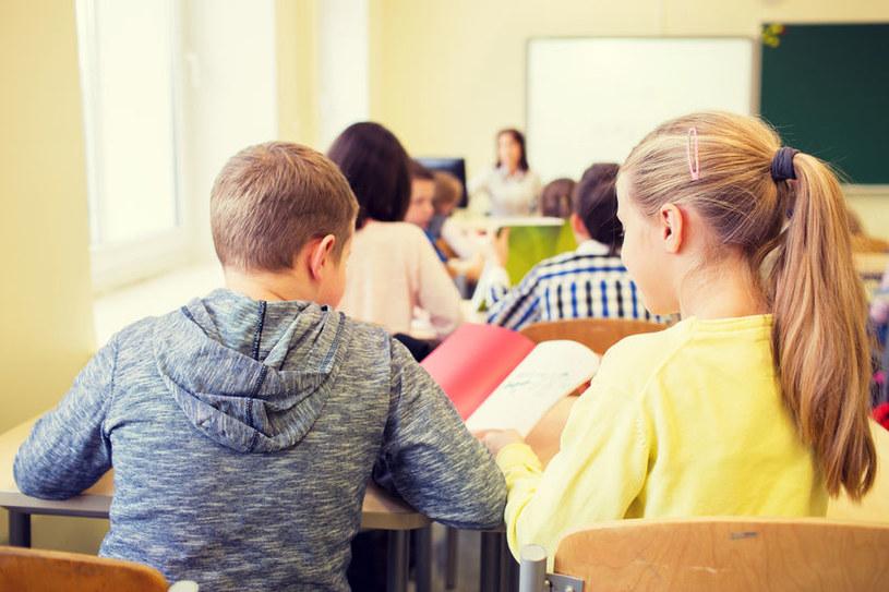 Naukowcy udowodnili, że uniemożliwienie kontaktów w szkole dzieciom do 14 roku życia, zmniejszyło liczbę dziennych zachorować o 42 proc. /123RF/PICSEL