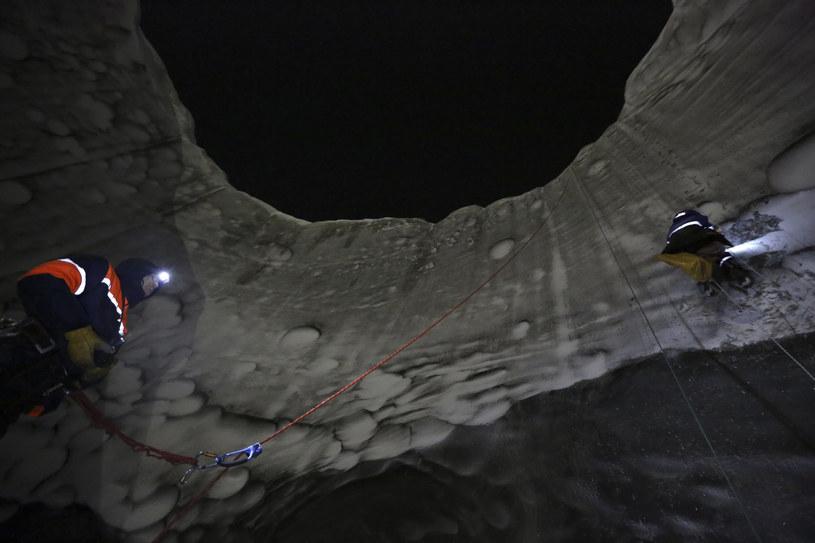 Naukowcy wewnątrz krateru C17. Fot. Vladimir Pushkare /Reuters  / Forum