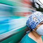Naukowcy z UW: Trzecia fala koronawirusa lżejsza od tej jesiennej