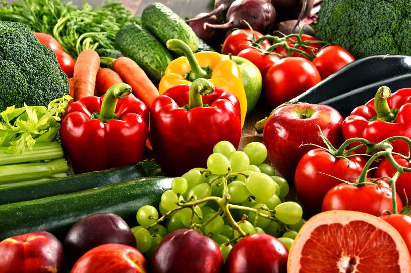 Naukowcy zaobserwowali, że wiele warzyw i owoców jest pożywką dla tzw. dobrych bakterii /123RF/PICSEL