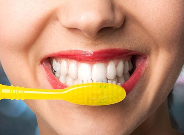 Naukowcy zauważyli, że cukrzyca typu 2 częściej rozwija się u osób z zaniedbanymi zębami /Picsel /123RF/PICSEL