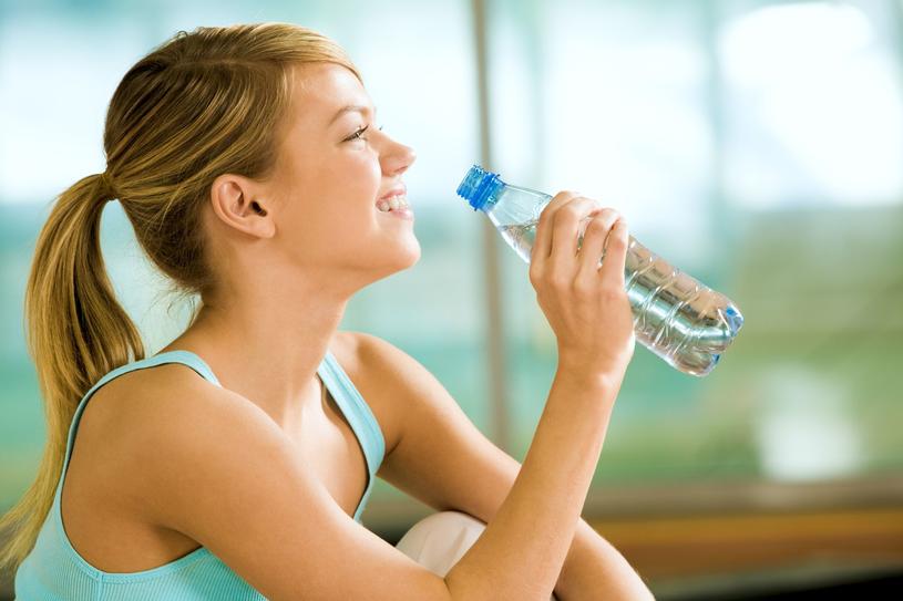 Nawadniaj organizm i jak najczęściej sięgaj po wody mineralne /123RF/PICSEL