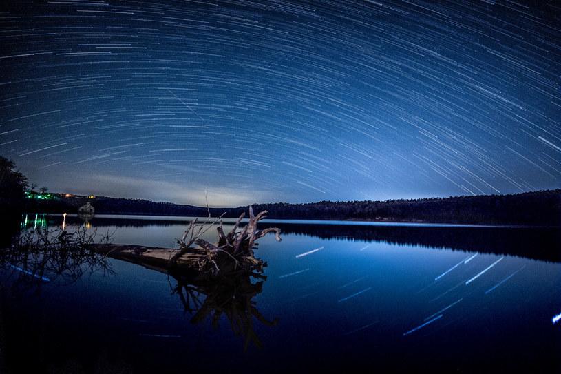 """Nawet 100 """"spadających gwiazd"""" na godzinę będzie można zobaczyć w nocy 12 na 13 sierpnia /123RF/PICSEL"""