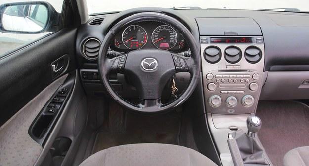 Nawet auta z przebiegiem 300 000 km mają kierownicę w niezłym stanie. Gałka biegów gorzej znosi trudy eksploatacji. Pod klapką nad konsolą może znajdować się ekran. /Motor