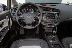 Nawet bogato wyposażony kokpit Cee'da XL jest prosty w obsłudze. Plus za skierowaną w stronę kierowcy konsolę. /Motor