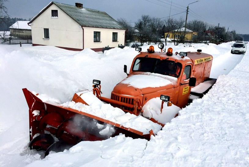 Nawet ciężki sprzęt ma problem z dotarciem do niektórych miejscowości. /Krzysztof Kot /RMF24