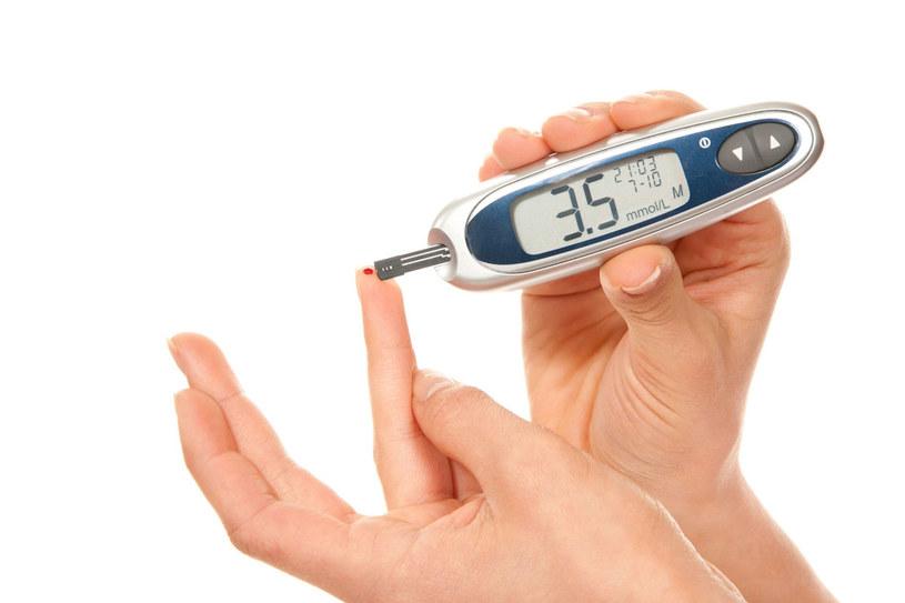 Nawet codzienne badanie poziomu glukozy we krwi nie jest już problemem. Służą do tego nowoczesne glukometry /123RF/PICSEL